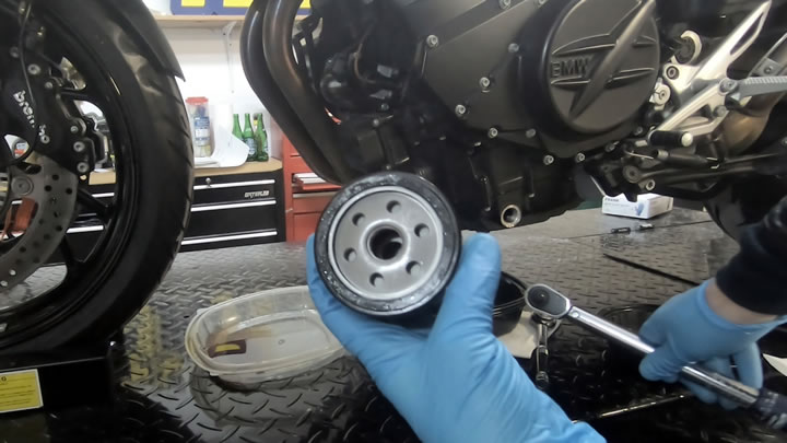 Lubricate and install new oil filter - BMW F800R Oil Change