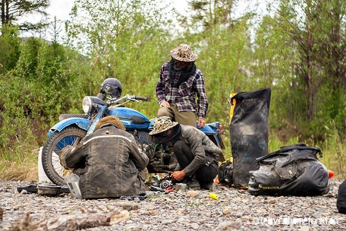 fixing bikes with moskito attack on kolyma trassa
